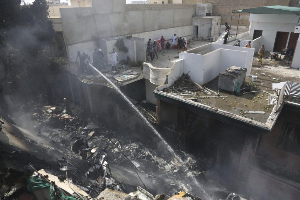 Giro Marília -Avião com 107 pessoas cai em área residencial do Paquistão