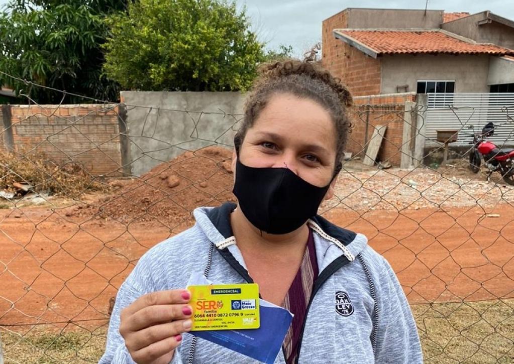 Giro Marília -Secretário Nilton Borgato entrega mais de 2 mil cartões de auxílio financeiro do Programa Ser Família
