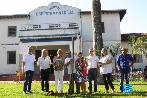 Giro Marília - Rotary Coroados planta mudas de árvores no HEM