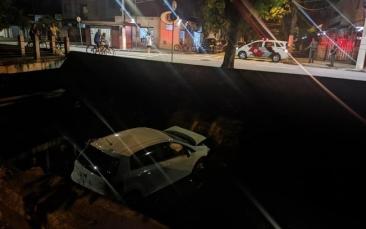 Giro Marília -Motorista perde controle, bate em muro e cai em canal de Santos