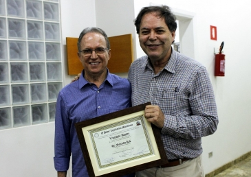 Giro Marília -Geneticista Fernando Kok visita Projeto Amor de Criança e recebe homenagem