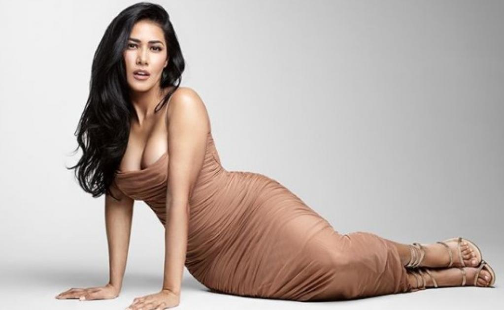 Giro Marília -Simaria surge de vestidinho colado e ostenta curvas sensuais