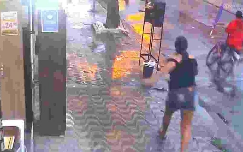 Giro Marília -Mulher derruba ladrão com guarda-chuva e recupera celular em SP; veja o vídeo