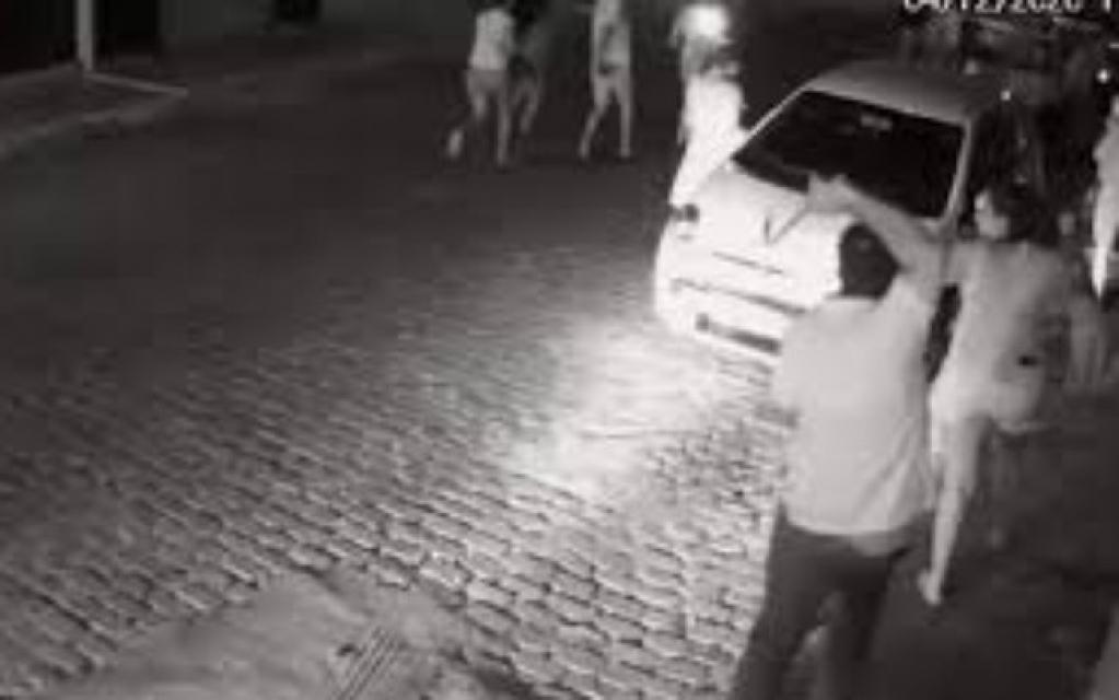 Giro Marília -Prefeito de cidade da Bahia agride manifestantes com chicote; veja o vídeo