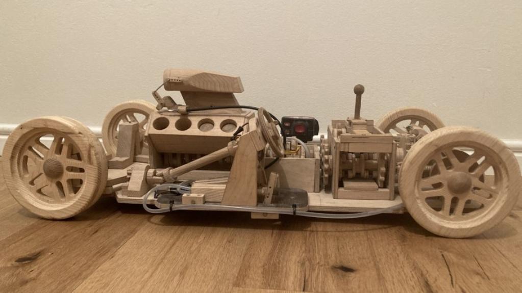 Giro Marília -Adolescente cria carro de madeira, com motor V8 funcional, em seis meses