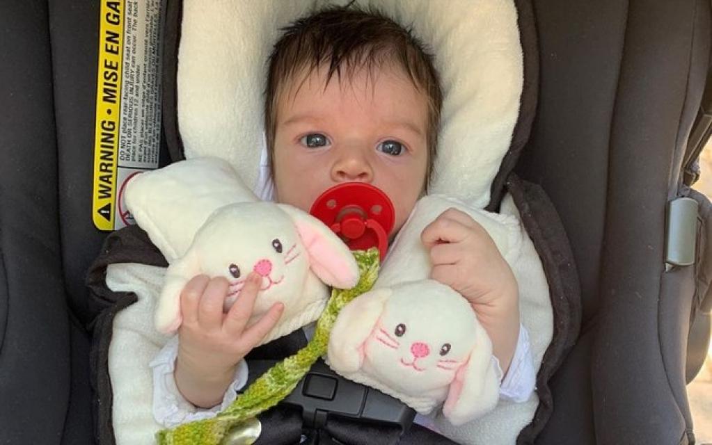 Giro Marília -Laura Neiva baba e mostra rostinho da filha pela primeira vez