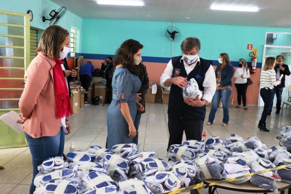 Giro Marília -Educação de Marília entrega uniformes e kits de alimentos para estudantes